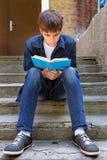 El adolescente leyó el libro al aire libre Fotografía de archivo