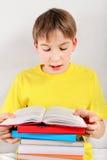 El adolescente leyó un libro Foto de archivo libre de regalías