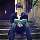 El adolescente leyó un libro Imagenes de archivo