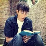 El adolescente leyó un libro Imagen de archivo