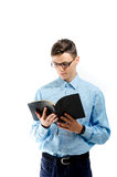 El adolescente leyó y estudia del libro negro con las lentes aisladas Fotos de archivo
