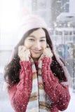 El adolescente lindo con invierno viste en la ciudad Fotografía de archivo libre de regalías