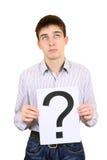 El adolescente lleva a cabo el signo de interrogación Fotos de archivo