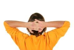 El adolescente lleva a cabo las manos detrás de la pista Fotos de archivo