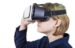 El adolescente lleva los vidrios de la realidad virtual aislados Imagenes de archivo