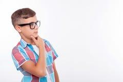 El adolescente masculino bonito está pensando en algo Imágenes de archivo libres de regalías