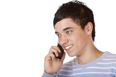 El adolescente masculino feliz hermoso hace llamada telefónica Foto de archivo