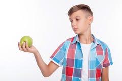 El adolescente masculino lindo está comiendo la comida sana Fotografía de archivo