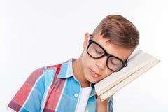 El adolescente masculino lindo está intentando aprender algo Fotos de archivo libres de regalías