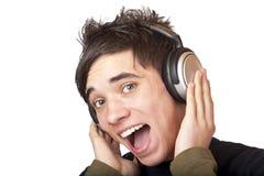 El adolescente masculino que escucha la música y canta en alta voz Fotografía de archivo libre de regalías