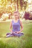 El adolescente medita en naturaleza Foto de archivo libre de regalías