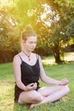 El adolescente medita en naturaleza Imagen de archivo