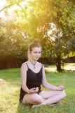 El adolescente medita en naturaleza Imagenes de archivo