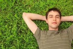 El adolescente miente en hierba Imágenes de archivo libres de regalías