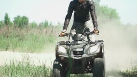 El adolescente monta ATV en el campo metrajes