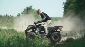 El adolescente monta ATV en el campo almacen de video