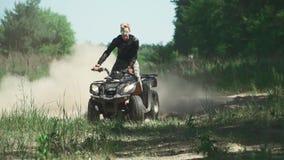 El adolescente monta ATV en el campo almacen de metraje de vídeo