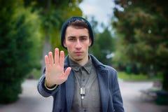 El adolescente muestra el gesto de la palma de la parada Fotos de archivo libres de regalías