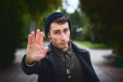 El adolescente muestra el gesto de la palma de la parada Foto de archivo