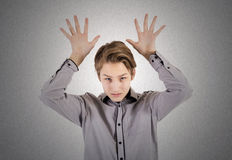 El adolescente muestra muestras de las manos Foto de archivo libre de regalías