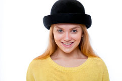 El adolescente o la mujer joven en suéter amarillo y sombrero negro mira Imágenes de archivo libres de regalías