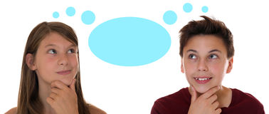 El adolescente o los niños jovenes que piensan con piensa la burbuja y el copysp Imagen de archivo