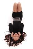 El adolescente observa la mentira cerrada en el piso con PC de la tableta y h Fotografía de archivo