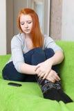 El adolescente pelirrojo espera llamada telefónica Imagen de archivo libre de regalías