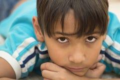 El adolescente pensativo. Imagen de archivo