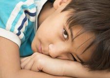 El adolescente pensativo. Foto de archivo