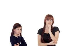 El adolescente pensativo se vistió en negro con una pequeña hermana Fotos de archivo