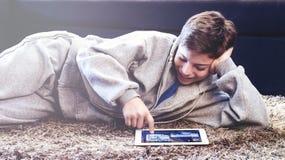 El adolescente pone en el piso en el cuarto Imagen de archivo
