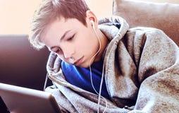 El adolescente pone en el piso en el cuarto Fotografía de archivo libre de regalías