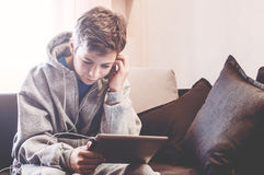 El adolescente pone en el piso en el cuarto Imágenes de archivo libres de regalías