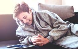 El adolescente pone en el piso en el cuarto Foto de archivo libre de regalías