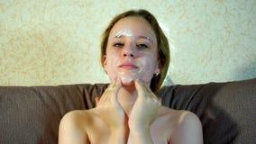 El adolescente pone una máscara cosmética de limpiamiento en su cara almacen de video