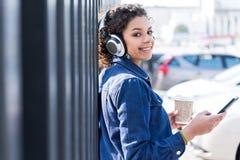 El adolescente positivo se está colocando al aire libre con sonrisa Imágenes de archivo libres de regalías
