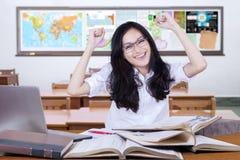 El adolescente precioso celebra de nuevo a escuela Fotos de archivo libres de regalías
