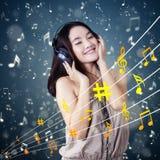 El adolescente precioso disfruta de música solamente Fotografía de archivo