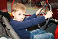 el adolescente que conduce el coche Foto de archivo libre de regalías