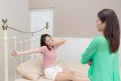 El adolescente que estira en cama después de despierta Imágenes de archivo libres de regalías