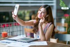 El adolescente que hace la foto del selfie Imagen de archivo