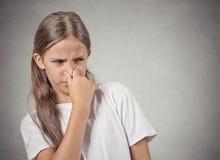 El adolescente que la muchacha pellizca la nariz, algo apesta Fotos de archivo libres de regalías