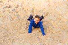 El adolescente que salta contra la playa Parkour en la arena Foto de archivo libre de regalías