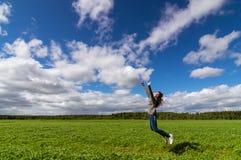 el adolescente que salta en campo del verano, Imagen de archivo libre de regalías