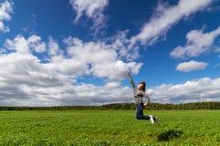 el adolescente que salta en campo del verano, Imagenes de archivo