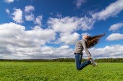 el adolescente que salta en campo del verano, Fotos de archivo