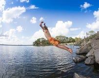 El adolescente que salta en el río Imagenes de archivo