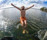El adolescente que salta en el río Foto de archivo libre de regalías