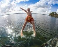 El adolescente que salta en el río Fotografía de archivo libre de regalías